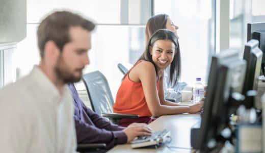 女性心理の決定版|好意を抱く男性に、女が職場でとる態度&行動5つ