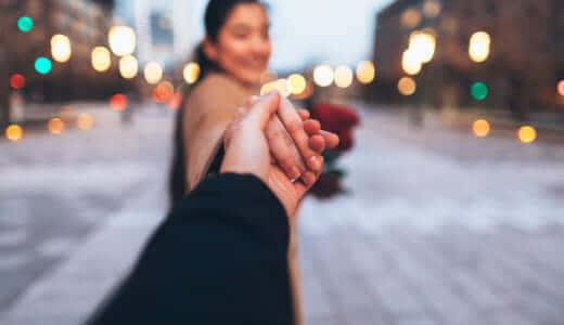 付き合っていない男性と手を繋ぐ女性心理4つ&女の脈あり行動3つ