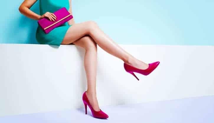 脈あり女性が男に出すサイン⑯頻繁に足を組み替える